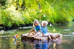 Crianças na jangada de madeira Fotografia de Stock
