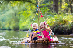 Crianças na jangada de madeira Imagens de Stock Royalty Free