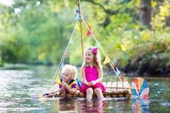 Crianças na jangada de madeira Imagem de Stock Royalty Free