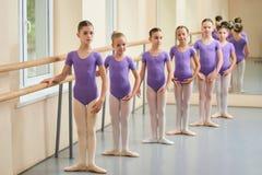Crianças na lição do balé clássico Fotografia de Stock Royalty Free