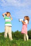 Crianças na natureza e no jogo com altifalante Fotos de Stock Royalty Free