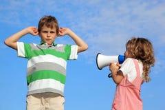 Crianças na natureza, gritos da menina no altifalante Imagem de Stock