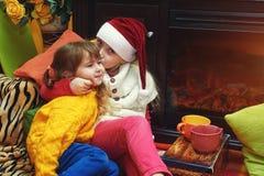 Crianças na noite de Natal, Natal feliz foto de stock