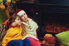 Crianças na noite de Natal, Natal feliz fotografia de stock
