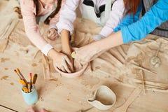 Crianças na oficina da cerâmica imagens de stock
