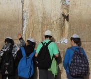 Crianças na parede lamentando Imagem de Stock Royalty Free
