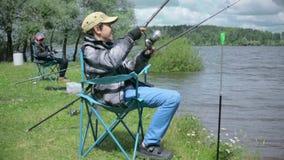 Crianças na pesca Resto no lago video estoque
