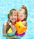 Crianças na piscina. imagens de stock royalty free