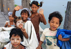 Crianças na ponte de U-Bein, Myanmar Fotografia de Stock