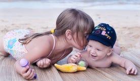 Crianças na praia Fotos de Stock Royalty Free
