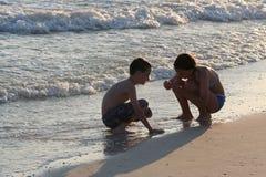 Crianças na praia Fotografia de Stock Royalty Free