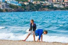 Crianças na praia imagem de stock royalty free