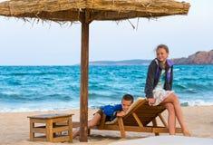 Crianças na praia do verão imagem de stock royalty free