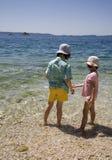 Crianças na praia - feriado fotos de stock