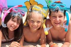 Crianças na praia que snorkeling Foto de Stock Royalty Free