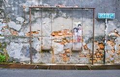 Crianças na rua famosa Art Mural do balanço em George Town, Penang, Malásia Imagens de Stock Royalty Free