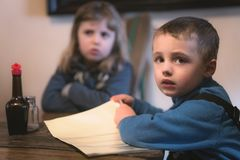 Crianças na tabela no restaurante fotografia de stock royalty free