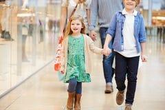 Crianças na viagem ao shopping com pais foto de stock