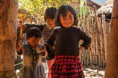 Crianças na vila do pessoa de Wa imagens de stock