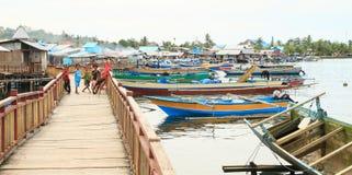 Crianças na vila dos pescadores em Manokwari foto de stock royalty free