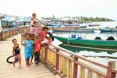Crianças na vila dos pescadores em Manokwari imagem de stock