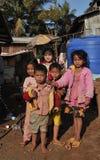 Crianças na vila dos pobres de Bunong da minoria étnica de Camboja Foto de Stock