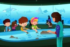 Crianças na visita de estudo ao aquário Fotos de Stock