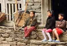 Crianças nepalesas perto da casa Região de Everest, Himalayas, dentro Fotografia de Stock Royalty Free