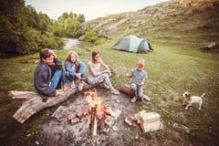Crianças no acampamento pelo fogo Fotografia de Stock Royalty Free
