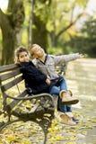 Crianças no banco fotos de stock royalty free