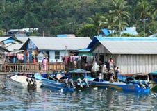 Crianças no barco em Manokwari fotografia de stock royalty free
