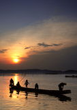 Crianças no barco no por do sol fotografia de stock