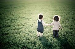 Crianças no campo da mola Fotografia de Stock