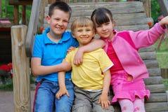 Crianças no campo de jogos imagem de stock