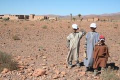 Crianças no deserto de sahara fotografia de stock royalty free