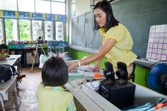 Crianças no dia acadêmico das atividades na escola primária imagem de stock royalty free