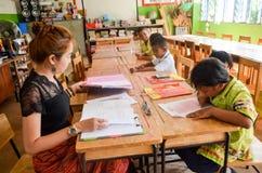 Crianças no dia acadêmico das atividades na escola primária imagens de stock royalty free