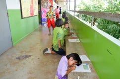 Crianças no dia acadêmico das atividades na escola primária foto de stock