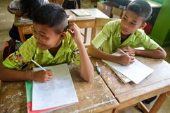 Crianças no dia acadêmico das atividades na escola primária fotografia de stock