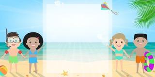Crianças no fundo da praia, ensolarado Férias, escola Imagens de Stock Royalty Free