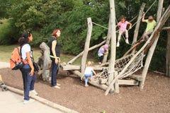 Crianças no gym de selva Foto de Stock