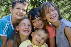 Crianças no jardim Foto de Stock Royalty Free