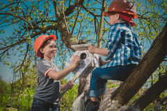 Crianças no jardim Fotos de Stock Royalty Free