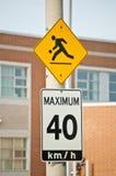 Crianças no jogo e no máximo sinais de 40 km/h Foto de Stock Royalty Free