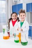 Crianças no laboratório químico imagem de stock