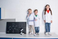 Crianças no laboratório químico Fotografia de Stock Royalty Free