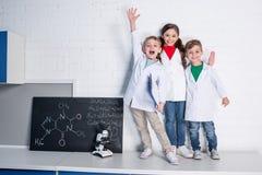 Crianças no laboratório químico Foto de Stock Royalty Free