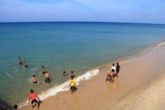 Crianças no mar azul imagem de stock