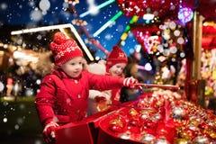 Crianças no Natal justo Presentes de compra do xmas das crianças Foto de Stock Royalty Free