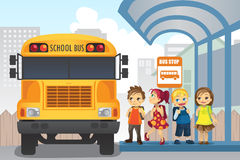 Crianças no paragem do autocarro Imagens de Stock